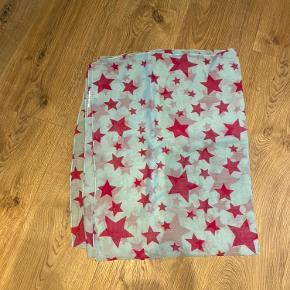 Blå tørklæde med pink stjerne. Stort.