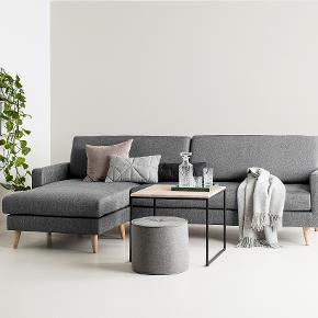 Vi har købt denne chaiselong sofa for en uge siden, men den passer desværre ikke ind i vores hjem. Derfor vil vi nu gerne sende den videre til andre, der kan bruge den. Den er købt i Sinnerup, og vi har stadig kvittering på den.