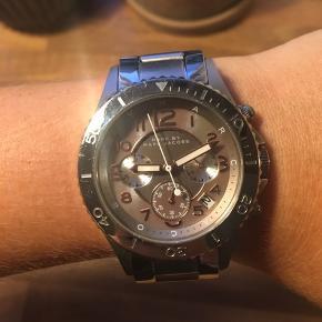 Rigtig fint ur fra Marc Jacobs sælges. Små ridser. Ellers i rigtig fin stand. Batteriet går.  Sælges for 475 kr.  Jeg har desværre ikke æske og kvittering længere, da det er forsvundet under flytning. Jeg står 100 % inde for ægtheden.