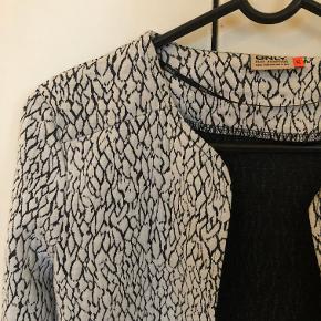 Super sød cardigan fra Only i hvid/sort mønster.