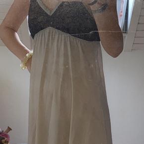 Lingeriekjole med sorte blonder, fitter en small
