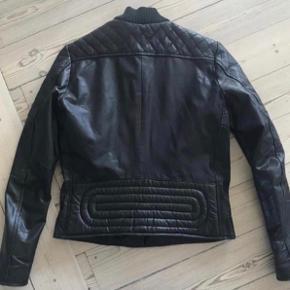 Varetype: skind jakke Farve: sort Oprindelig købspris: 3000 kr.  Lækker skindjakke fra Mads Nørgaard   Kun brugt 6-7 gange