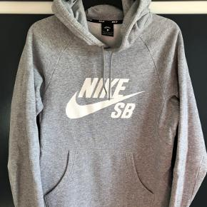 Lækker grå Nike hoodie sælges - kun brugt få gange