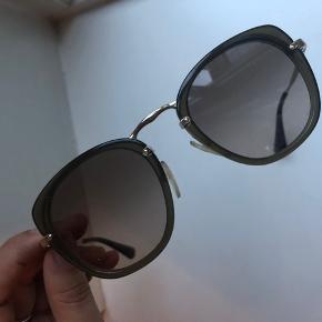 Prada solbriller købt i Illum.   Np: 2.580 kr. bud ønskes.   Etui + kvittering medfølger. Tlf. 28 89 34 30