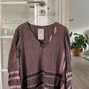 Jeg sælger min Cecilie Copenhagen V Long shirt i str. onesize. Jeg vil mene, at trøjen er dusty pink. Trøjen er brugt, men der er ikke nogle brugstegn som pletter, huller osv.
