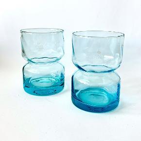 """To tyrkise Bulb hyacint glas. Glassene er cylindriske, indsnævrede på midten og optisk stribede. Designet af Reckweg & Nordentoft for """"Holmegaard""""/Rosendahl. Signering """"Holmegaard"""" under bund er udført med sandblæsning. Højde: 10,5 cm. Diameter:  7 cm."""