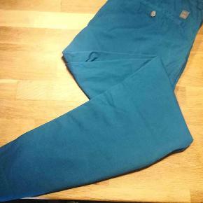 Varetype: chinos chino bukser Farve: Petroleum Oprindelig købspris: 1200 kr.  Hugo Boss i den fedeste farve.  Se også mine andre annoncer af mærkevarer i fortrinlig stand, til både manden og det smukke køn.