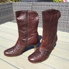 Skønne Italiensk producerede støvler fra Merete Fonnesberg 🌿 støvlen har kun været luftet et par gange og står helt skarp 🌿🌿🌸🍃