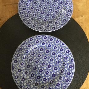 Har 4 flotte blåmønstret små tallerkner til 75kr/ stk. Rabat ved køb af alle 4👍  Brugt få gange, uden skår selvfølgelig. Sender gerne🤗