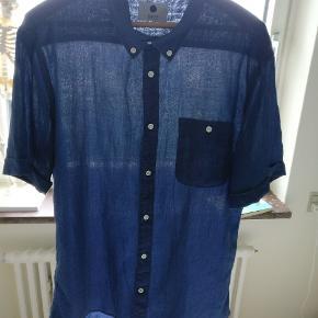 Lækker let bomuldskjorte ( jeg har fjernet materialemærket) i en klassisk nuance.