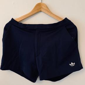 Klassisk navy adidas shorts. Ret kort.