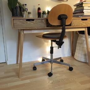 Flot skrivebord med 2 skuffer og 1 åben hylde under pladen. Det står i super god stand. Nyprisen var 2500. Skal hentes i København SV senest søndag den 15. december. Benene kan tages af.