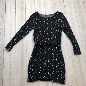 Flot let kjole fra ICHI med bindebånd