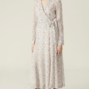 Sælger denne Ganni kjole med blomster print fra deres nye kollektion. Den er aldrig brugt, kun prøvet på, og den fejler derfor intet. Np: 1600kr Mp: 900kr  Skriv en dm for billeder af min egen 💕