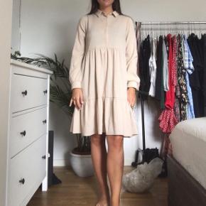 Beige/brun skjorte kjole med små hvide striber.