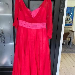 Smukkeste kjole brugt 2 gange. Er speciel syet hos Stasia og har kostet ca 18.000. Se mål. Jeg kan ikke passe den længere så har ikke billeder af den på. Den blev syet da jeg var 38/40 i str og 75/e