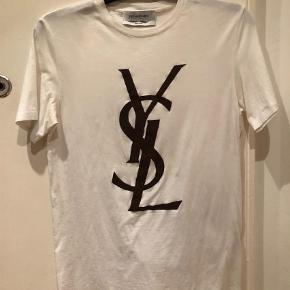 Varetype: Yves Saint Laurent  Farve: Hvid  Så fed T-shirt med brunt print. Ring eller skriv på 26826097 for yderlig info. Ved ts handel betaler køber gebyret. Den er købt hos Birger Christensen på strøget.