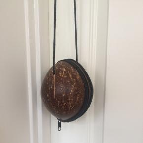 Såååå fin og speciel taske af kokosnød med for indeni og lynlås. Købt i specialbutik i Tyskland af min datter, men kommer ikke i brug og sælges derfor. Sender gerne med Dao