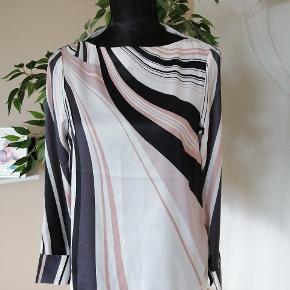 152. Richard Allan H&M 100%polyester Bryst 88cm Længde 60cm Ærmelænde 48cm