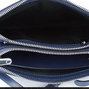 Så fin og rummelig lille taske fra Marc By Marc Jacobs.  Brugt 1 gang. Fremstår som ny Mål 25 x 18 cm Nypris 2300 3 rum heraf 2 med lynlås.