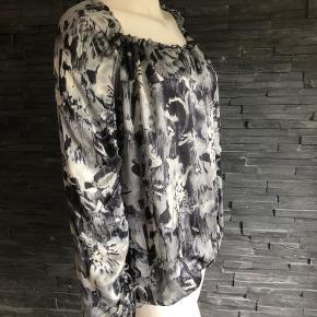 Virkelig smuk tunika i 100% silke.  Masser af plads over bryst og mave Længde 63 cm