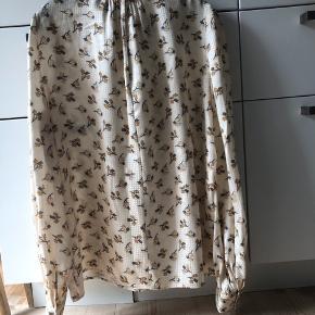 Smuk silke skjorte fra Marc Jacobs, modellen hedder Bischoff blouse. Den er en US 10 og svarer til en dansk 38/40. Smuk, smuk print og pasform.  Jeg bytter ikke, respekter venligst dette. Samtidig betaler køber gebyr ved tshandel (sælger og køber)