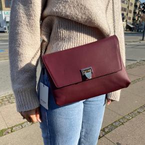 Sælger denne fede decadent-taske i ægte læder. Sælges da den ikke bliver brugt. Dustbag følger med