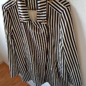 Super Nice blazer fra Zara. Der står str XL i mærket, men den er mere en M/L synes jeg. 😊👍