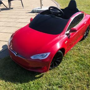 """Tesla S elbil med 2 hastigheder som er forældrestyret. 4 eller 8 km i timen. Opladeligt batteri. Der er lys på den. Der kan tilkobles musik i den og den kan vel bruges fra ca 3 års alderen med lidt øvelse og op til ca 8 år. Min søn på 9,5 år kan knebent være i den. Den er brugt få gange men har en ridse hen af den ene side og ellers lidt småskrammer. Den tåler absolut ingen sammenligning med de """"normale"""" elbiler.  https://europe.radioflyer.com/da_dan/build-a-kids-tesla.html"""