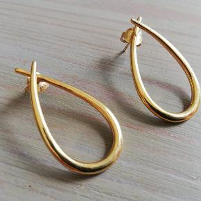 De store øreringe i serien Attitude fra fabelagtige Izabel Camille. De står til 925 kr. i butikken nu, men du kan købe disse smukke ringe for 675 kr. Ingen ridser eller tegn på brug.