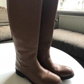 Varetype: Støvler Farve: Brun Oprindelig købspris: 2400 kr.  Rigtig lækre støvler fra Ash i farven camel brun. Lynlås på bagsiden med et lille dødningehoved. Kun brugt få gange. Nypris 2400 kr. Køber betaler Porto og ts afgift