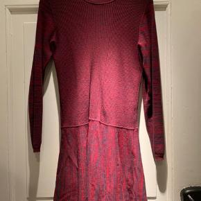 Denne smukke Ganni kjole sælges for 950kr ⭐️  Den er aldrig brugt, og har hængt inde i skabet alt for lang tid - jeg har ikke kunne nænne at sælge den.