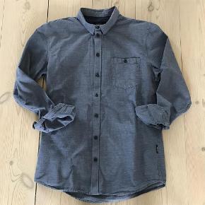 Fin Gabba skjorte med buttom down og fede sorte knapper. Pasform er slim. Perfekt til såvel jeans som pænere bukser.  Herre skjorte Farve: Blå Oprindelig købspris: 800 kr.