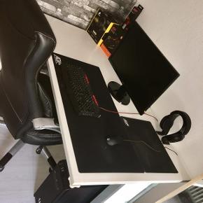 Super lækkert skrivebord, der kan afhentes i København Sv i morgen ✨ ikke justerbart.