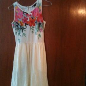 Varetype: kjole Farve: Hvid og mønstret Oprindelig købspris: 179 kr.  Den sødste og fineste kjole.  Aldrig brugt.