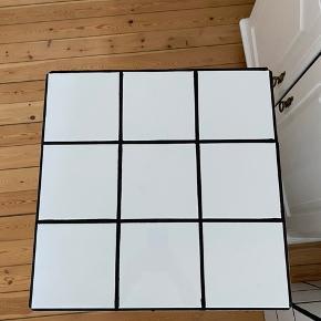 Flisekube bord med hvide fliser og sort fuge, der måler 48x48x63 cm