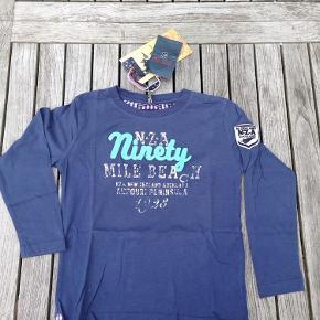 Brand: New Zealand Auckland Varetype: NY blå bluse fra NZA Farve: Blå Oprindelig købspris: 400 kr.  Helt ny lækker blå bluse fra NZA med seje og flotte detaljer.  Pris: 50 kr pp