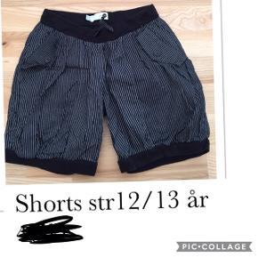 Shorts str 12/13 år. Pris 40 kr