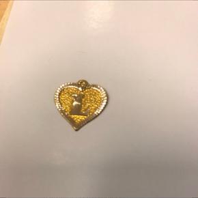 Guld hjerteformet vedhæng med bogstav L  Sender med DAO- tradonohandel.
