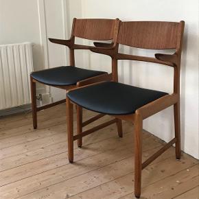 Fine spisebordsstole i teak og eg😍 Nyt kunstlæder på sæderne👍🏻 Forventelige brugsspor + reparation ved to af armlænene (se billeder) Prisen er pr. Stk✅