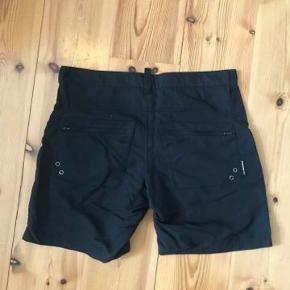 Peak Performance tynde shorts i sort. 3xDry - Hurtigttørrende materiale. Str L. Aldrig brugt. Lynlås på baglommerne.   Køber betaler fragt med Dao eller kan evt afhentes på Østerbro. Se også mine andre annoncer 🙂.