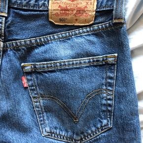 Fantastiske Levis jeans j den ikoniske model 501'. Lukkes med knapper. 32/32.
