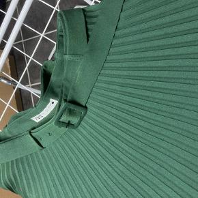 Mørkegrøn nederdel fra Zara str L, plisse med bælte i taljen. Længde ca. 84 cm.