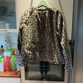Super fin leopard farvet jakke med store trykknapper i fra Lollys Laundry. Aldrig brugt. Størrelsessvarende. Nypris: 1500,- 100% polyester udvendig og 100% bomuld i det fine grønne foer. Kan vaskes på 30 grader.