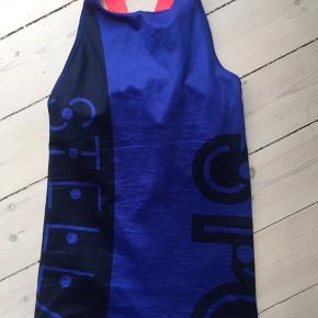 Top med indbygget bh. Jeg har to toppe og to sportsbh'er i blå og coral.  Top: kr. 350 Bh: kr. 250 Aldrig brugt