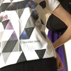 Helt ny Calvin Klein Jeans t-shirt. Brugt én gang - derfor er den i perfekt cond. Str S men fitter både xs/s/m an på hvilket fit man ønsker Ny pris var 300 kr så fordi jeg kun har brugt den en gang så er min mp omkring 175 kr. Men byd løs 🤷🏼♀️ Kan hentes i 7500 Holstebro (Tvis) eller sendes på køber regning