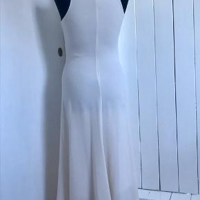 Fin råhvid kjole. Flot smal med lidt mere vidde nedefter