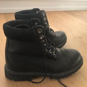 """Sort Timberland 6"""" støvle i sort skind.   Nypris 1499kr.   Brugt et par enkelte gange.   Skal sendes inden 27/12, flytter til udlandet pr. 1/1"""