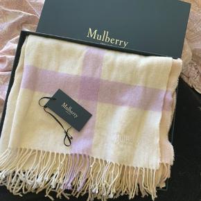 """Super smukt MULBERRY halstørklæde i uld. Brugt men fejler ingenting. Kvittering og æske haves. I farven """"White lambswool"""". Købt 2018 fra deres hjemmeside til 1550kr. Måler 70*180."""