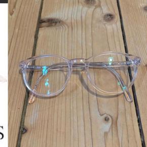 Munic eyewear damebrille, 856-1, lys rosa/transparent. De er med styrke, men glassene kan selvfølgelig skiftes så de passer til ens egen styrke :)  Længde på stængerne: 140 Mellem glassene: 14  Pris: 200 incl. Porto  Du er også velkommen til at komme og hente/prøve dem i Frederikshavn